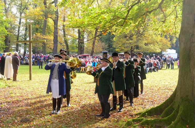Während der Hubertusmesse begleitet das Parforcehorncorps Hannover - Treffpunkt Fermate musikalisch das Hubertusfest.