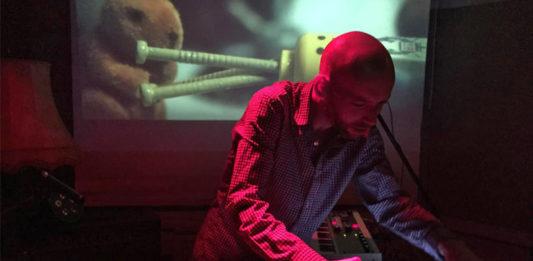 Gelbart, musikalisch versierter Laptop-Scharlatan, in Aktion. Foto: Dana Lahis