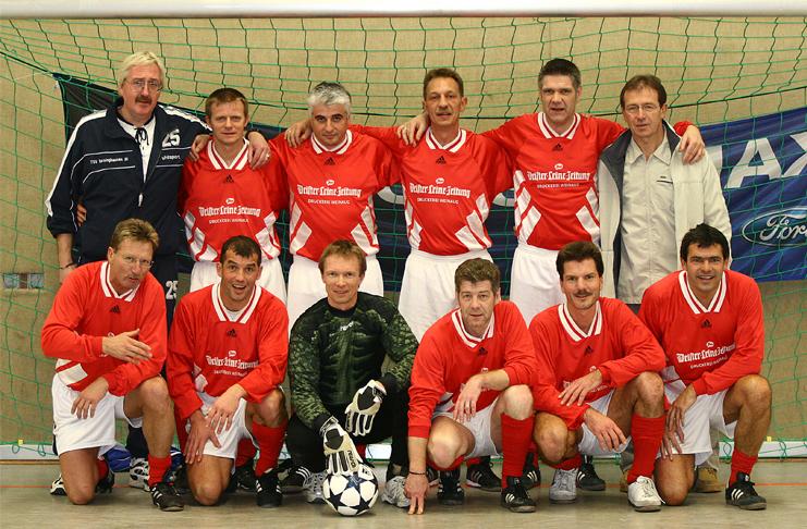 Erk Bratke (vorne, 3. von rechts) hat nicht nur über Sport geschrieben. Er hat ihn geliebt und gelebt. Hier mit den Basche Allstars 2005.
