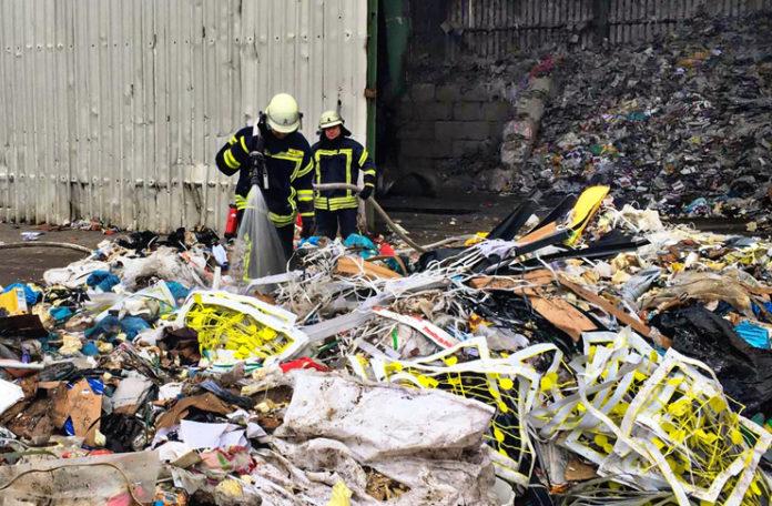 Schwelbrand durch Selbstentzündung. Auf dem Gelände eines Müllentsorgers im Industriegebiet Schacht IV in Eckerde. Foto: Feuerwehr