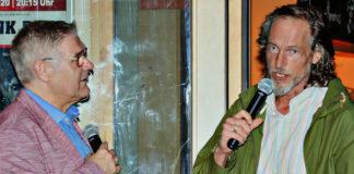 Physiotherapeut Ralf Blume (rechts) berichtet beim Neujahrsempfang im Gespräch mit Holger Bratke interessante Details aus dem Training der 1. Herren des TSV Barsinghausen. Foto: ASB/Bettina Richter