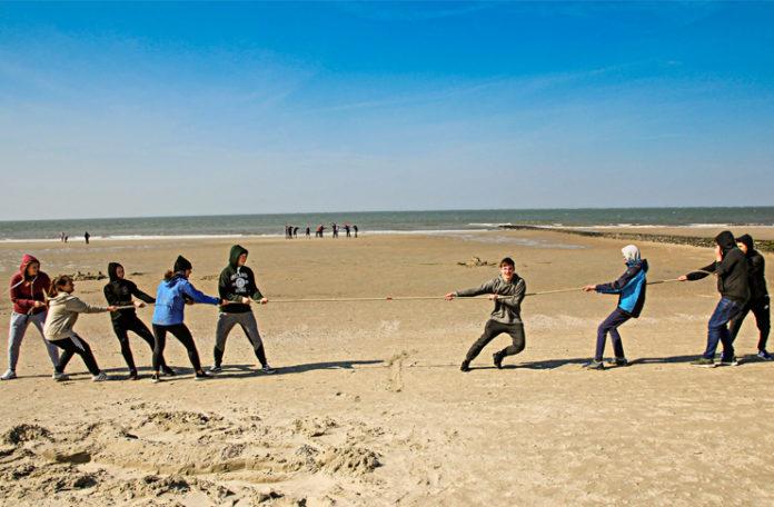 Alle an einem Strang: Gruppenspiel im Rahmen der Juleica-Ausbildung der Sportjugend in der SportRegion auf Norderney.