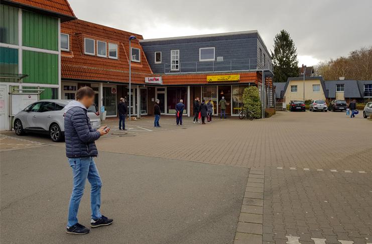 Richtiger Umgang mit der Gefahr durch das Coronavirus. Der Verkaufsraum der Bäckerei Hanisch in Barsinghausen ist nicht groß, deshalb bleiben die Kunden am Samstagmorgen mit ausreichend Abstand vor dem Ladengeschäft stehen und warten, bis sie an der Reihe sind. foto:kasse