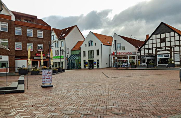 Samstag, 9:30 Uhr in Barsinghausen. Die Innenstadt ist gespenstisch leer, nur wenige Menschen sind Richtung Wochenmarkt unterwegs. Die Region Hannover meldet, dass das Coronavirus in der Nacht zuvor die ersten Todesopfer in der Region gefordert hat. foto:kasse