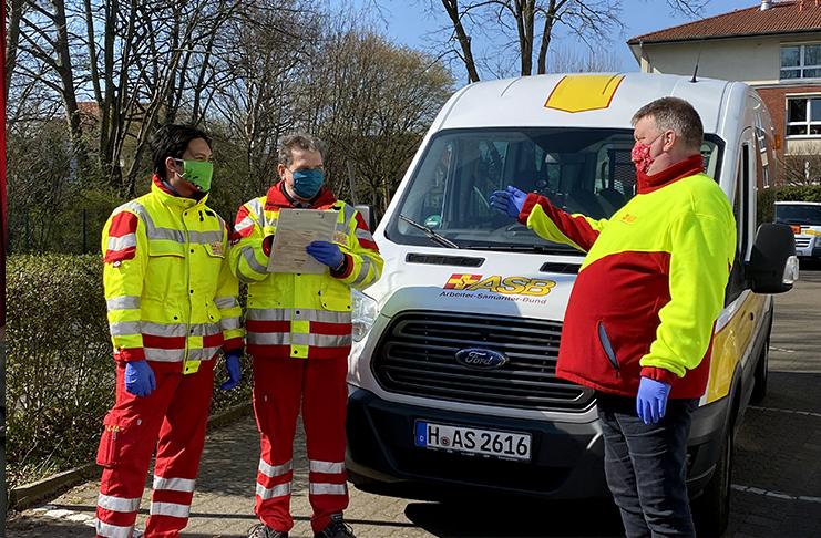 Die ASB-Fahrer David Bandozs (links) und Dieter Bähr (Mitte) und ASB-Kreisgeschäftsführer Jens Meier sind froh über die Gesichtsmasken, die sie auf ihren Einsatzfahrten nutzen. Foto: ASB