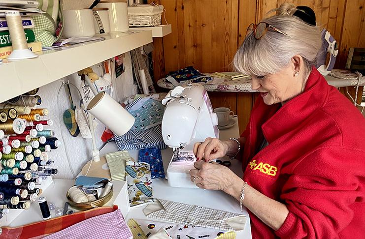 ASB-Mitarbeiterin Waltraud Döring näht mit viel Engagement die dringend benötigten Gesichtsmasken. Foto: ASB