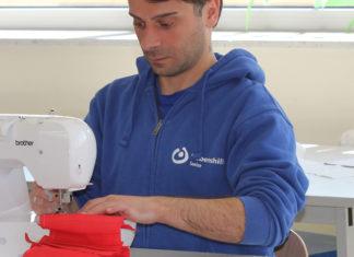 Die Produktion der Mund-Nasen-Masken bei der Lebenshilfe Seelze läuft: Bis zu 200 Stück nähen FSJler Shalva Shaduri und mehr als 20 weitere Mitarbeiterinnen und Mitarbeiter täglich. Foto: Lebenshilfe Seelze
