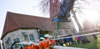 """30.April 2017: Mit vereinten Kräften (und maschineller Unterstützung) wird der """"neue"""" Maibaum zum ersten Mal aufgerichtet. Foto: Feuerwehr Hohenbostel"""