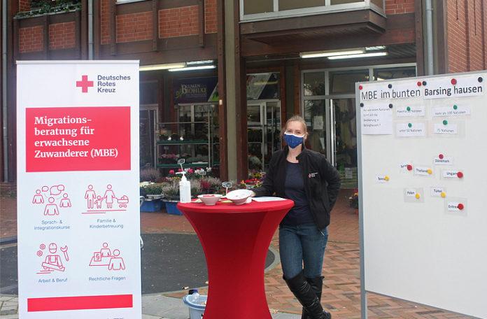Chantal Martin von der Migrationsberatung für erwachsene Zuwanderer (MBE) des Deutschen Roten Kreuzes informiert in Barsinghausen am Aktionstag während der Interkulturellen Woche Passanten zum Thema Migration. Foto: DRK