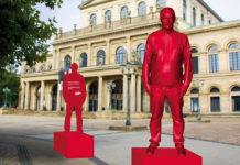 Mit solchen markanten roten Figuren macht der SoVD auf das Thema Armutsgefährdung aufmerksam. Aktuell läuft dazu eine Online-Demo an. Foto: SoVD