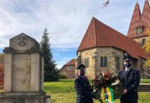 Für Barsinghausens neuen Bürgermeister Henning Schünhof (links) startet der Wahlsonntag am Volkstrauertag zusammen mit Ralf Buch mit der Kranzniederlegung an der Thomaskirche in Hohenbostel. Foto: FFW Hohenbostel