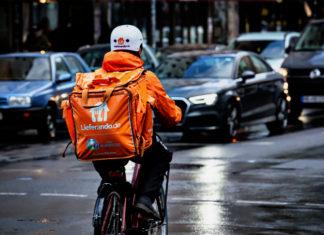 Strampeln für einen Hungerlohn bei Wind und Wetter: Fahrrad-Kuriere bei Lieferando arbeiten zu niedrigen Löhnen und unter hoher Belastung, kritisiert die Gewerkschaft NGG. Foto: NGG