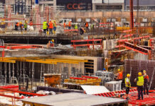 Für mehr Lohn und bessere Arbeitsbedingungen demonstrieren am Mittwoch, 22. September 2021, Beschäftigte der Baubranche aus Hannover und der Region. Gibt es keine Einigung mit den Arbeitgebern, droht für den Herbst möglicherweise ein Bau-Streik.