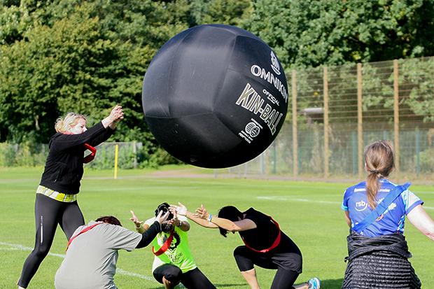 Kin-Ball: Das neuartige Mannschaftsballspiel wurde von den lokalen Übungsleiterinnen Katharina Lika aus Groß Munzel und Luise Zobel aus Wennigsen geleitet.